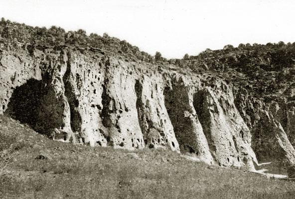 Пещерные поселения Анасази в каньоне Тьюоньи (штат Нью-Мексико)